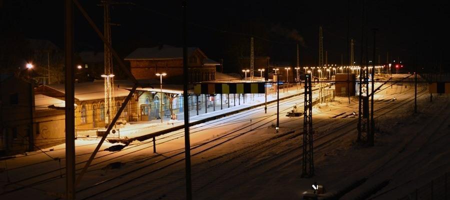 Schneebedeckter Bahnhof der Stadt Bergen auf Rügen bei Nacht