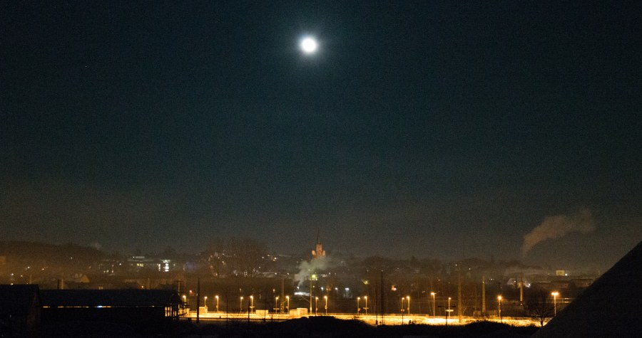 Mondschein über der Stadt Bergen auf der Insel Rügen an der Ostseeküste