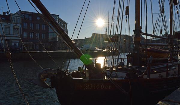 Boot aus Holz im Hafen der Hansestadt Stralsund in M-V