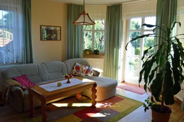 """Wohnzimmer der Ferienwohnung """"Zum alten Pfau"""" im Ostseebad Göhren auf der Insel Rügen an der Ostseeküste - Freie Unterkunft buchen"""
