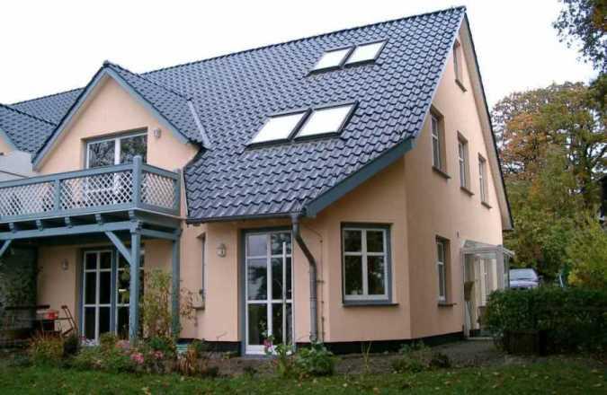 """Außenansicht der Ferienwohnung """"Zum alten Pfau"""" in Göhren auf Rügen mit Meerblick und Garten"""