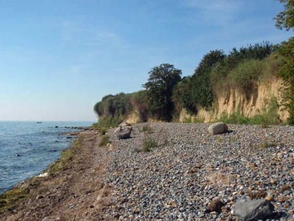 Strand am Greifswalder Bodden mit Steinen im Ostseebad Klein Zicker auf Mönchgut