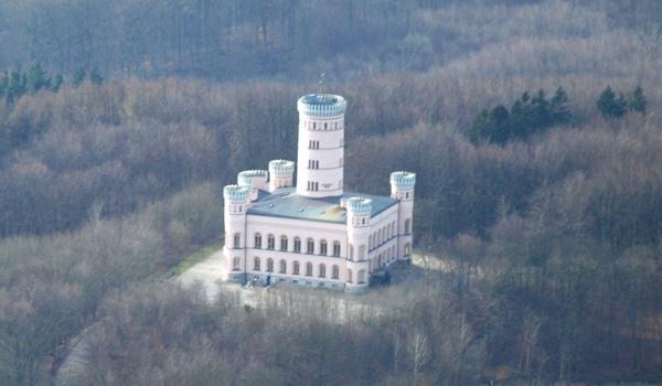 Luftaufnahme vom Jagdschloss Granitz auf Rügen an der Ostseeküste