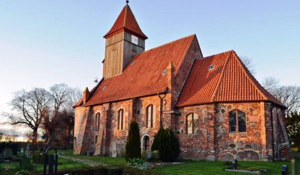 Kirche und Friedhof von Middelhagen auf der Rügener Halbinsel Mnchgut