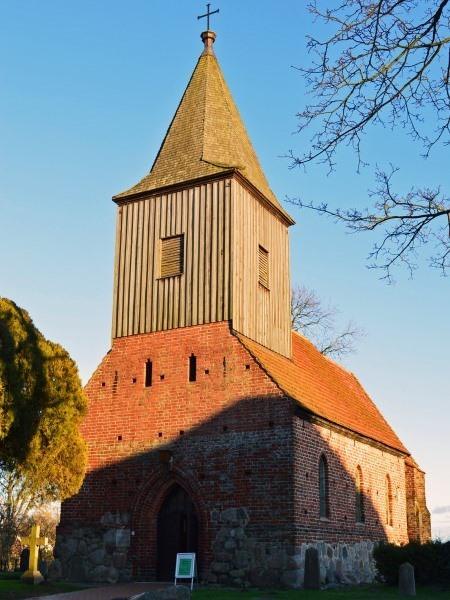 Sonnenuntergang über der Kirche von Groß Zicker auf der Insel Rügen
