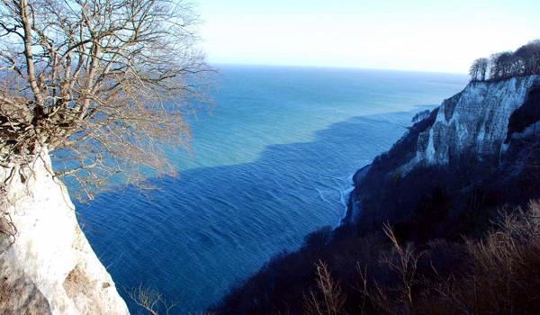 Ausblick über die Ostsee vom Königsstuhl im Nationalpark von Jasmund auf der Insel Rügen