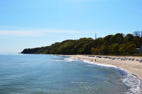 Blick von der Göhrener Seebrücke auf den Nordstrand im Ostseebad Göhren auf der Insel Rügen - Freie Ferienwohnung auf Mönchgut