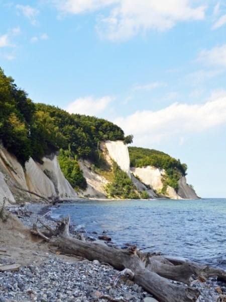 Strandweg entlang Kreidefelsen im Nationalpark Jasmund auf Rügen – UNESCO Weltkulturerbe an der Ostseeküste
