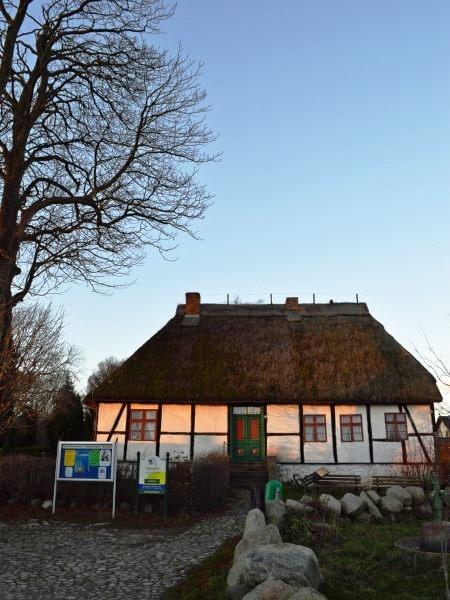 Sonnenuntergang über dem historischen Schulmuseum in Middelhagen auf der Insel Rügen