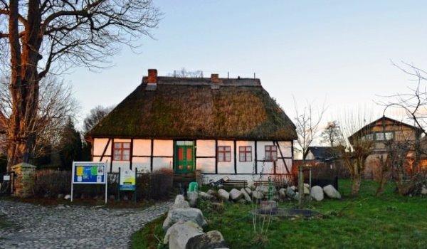 Hof des Schulmuseums in Middelhagen auf Rügen – Mönchguter Tradition hautnah erleben