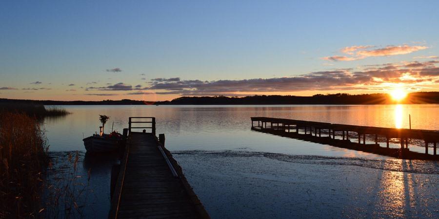 Sonnenuntergang über dem Selliner See am kleinen Hafen vom Ostseebad Sellin auf der Insel Rügen
