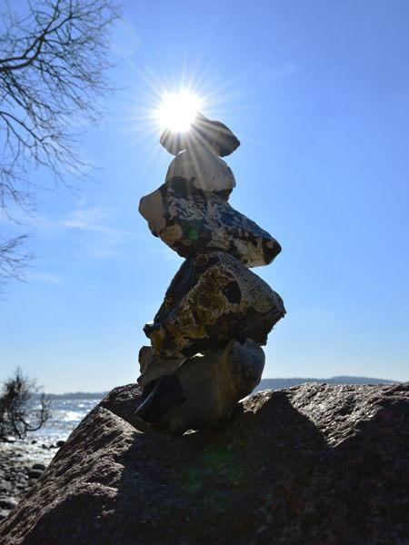 Steinformation am Strand vom großen Jasmunder Bodden bei Lietzow auf Rügen