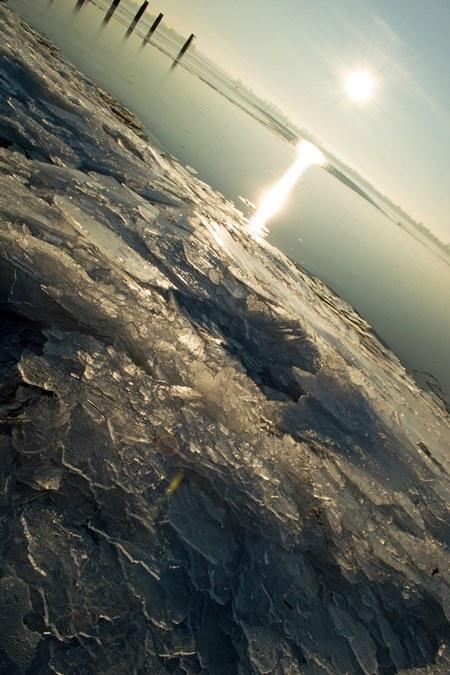 Winterlicher Sonnenuntergang auf Rügen – Eisschollen am Strelasund bei Glewitz